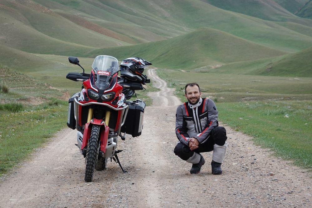 Pe două roți, înspre orizonturile nesfârșite ale Asiei Centrale