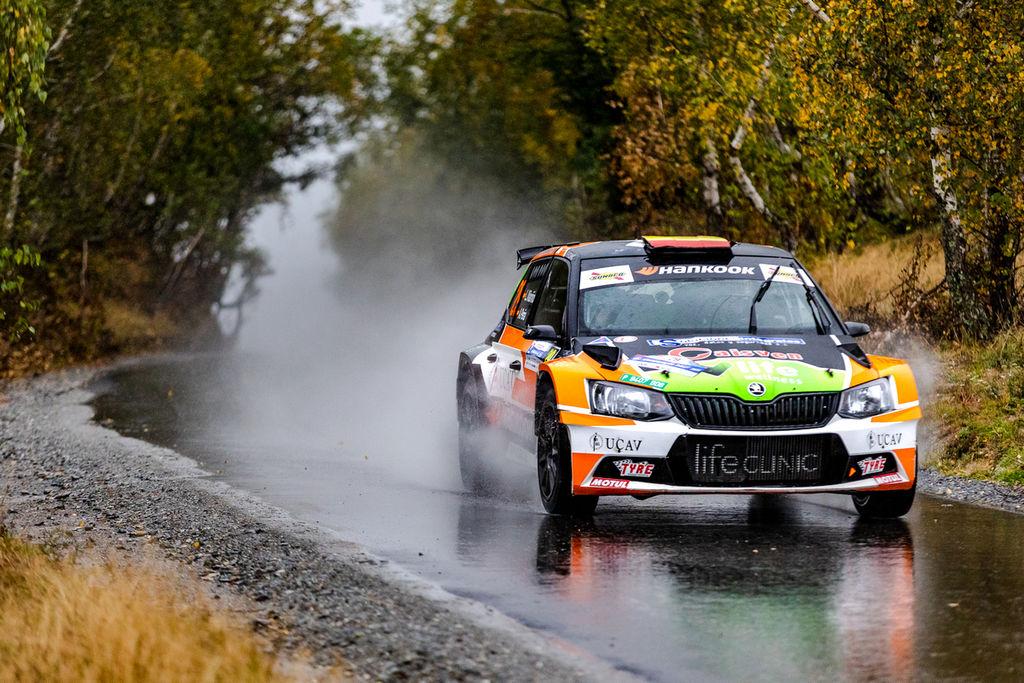 El piloto de Palas de Rey se sitúa entre los favoritos a la victoria final en el Tour European Rallye a falta de una prueba