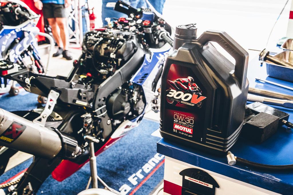 O 300V Factory Line Racing Kit Oil 2376H 0W-30 ESTER Core® foi desenvolvido especificamente para a Honda CBR 1000 RR-R equipada com o KIT HRC