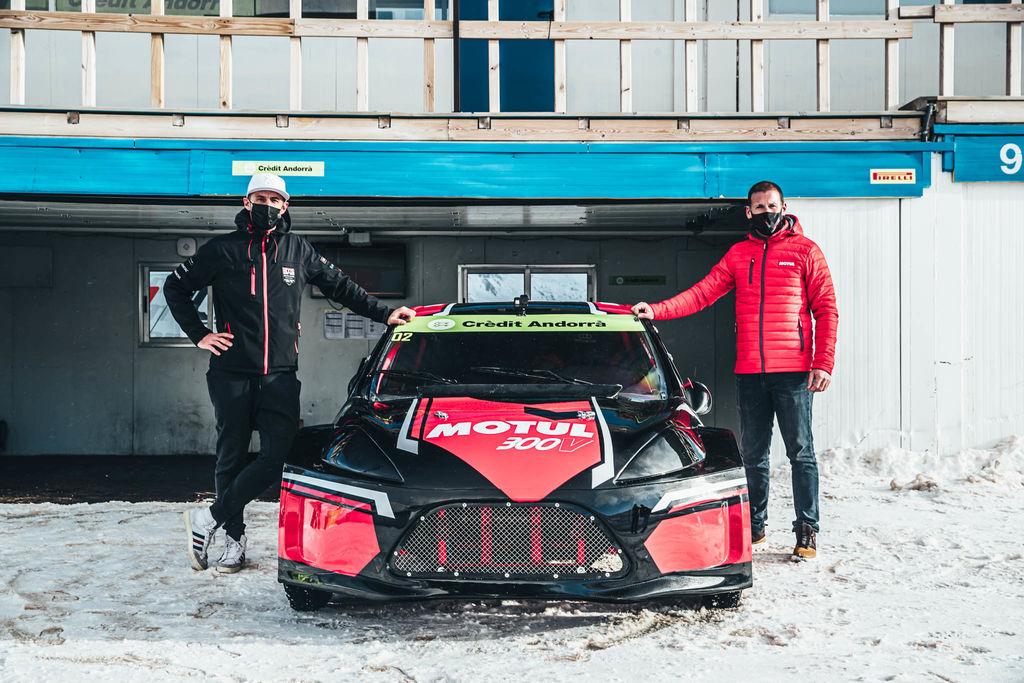 Mathieu, normalmente te encontramos sentado junto a Nasser en el Dakar. Ahora estás sobre hielo y estás conduciendo. ¿Debe ser un gran cambio para ti?