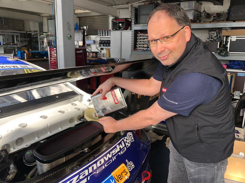 Thorsten, du arbeitest in der IT für Motul und als Dateningenieur für Chrzanowski Racing. Wie bist du dazu gekommen, mit einem Rennteam zu arbeiten?
