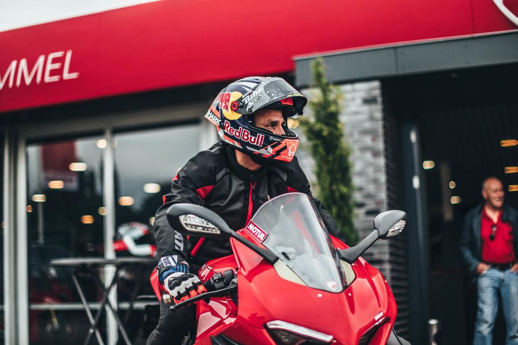 Antes del evento, hiciste una salida rápida a la carretera con una Panigale V4. ¿Sueles ir en moto por la carretera? ¿Y ser un piloto profesional te convierte en un mejor conductor en el tráfico convencional?